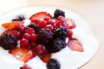קינוח קרם גבינה, תותים ופירות יער