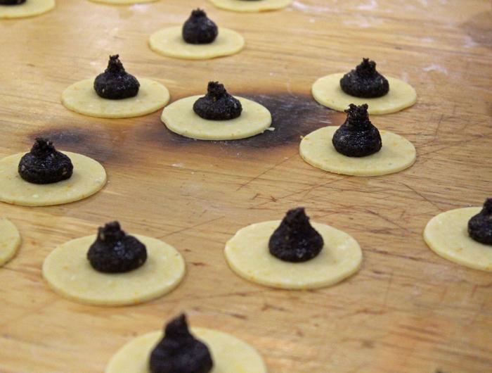 הצילום מתוך סדנת פורים עם הקונדיטור והשף אורן גירון, בית ספר עושים בישול. אני ממליצה לרדד את הבצק חצי סנטימטר פחות. לא תאמינו איזה הבדל זה עושה.