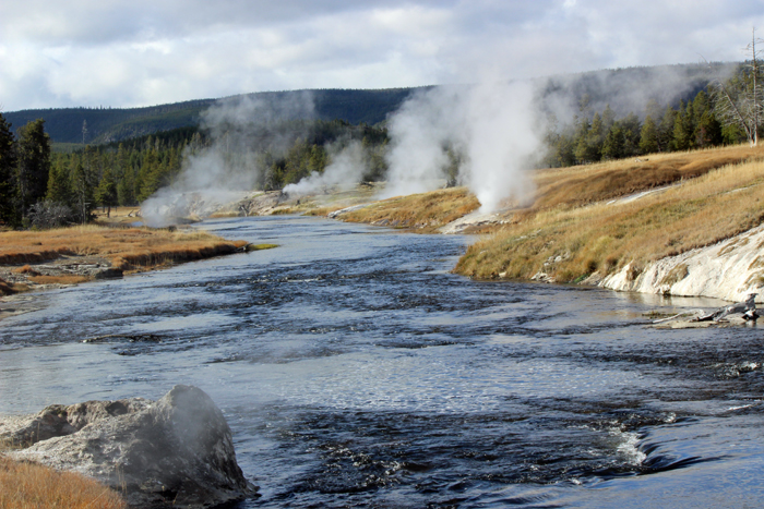 גייזרים, בורות באדמה מהם יוצא קיטור מים חמים ובריכות ענק, ילוסטון.